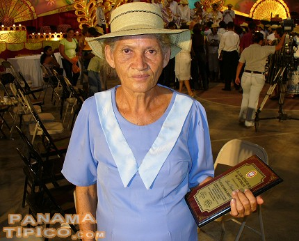 [This lady, a maker of sombreros de junco, received a commendation from the organizers for her long career making hats.]