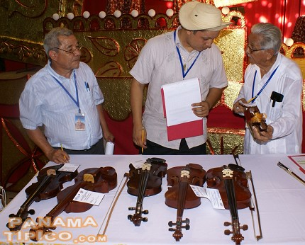[The jurors of the violin making contest look at some participating items.]