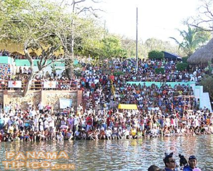 [Lots of people watch the parade at the Las Mendozas sector of the river.