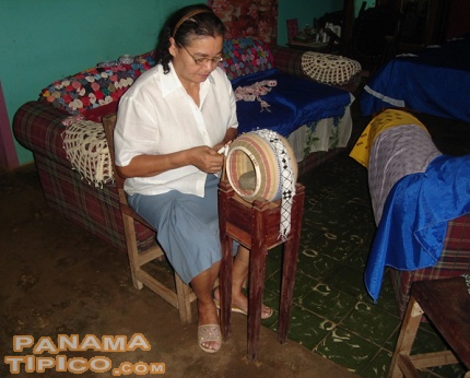 [A woman from Santo Domingo weaving at a mundillo.]