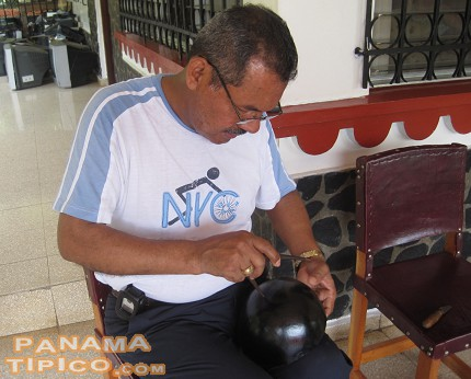 [Mr. Alberto Gonzalez C., working on a decorative totuma.]