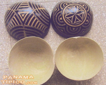[Here we can see the outside and the inside of some finished totumas.]
