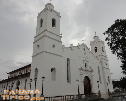[The area has many attractions such as the Cathedral, the Main Square, the Geographic Center of Panama and mural paintings about life in the province of Cocle.]