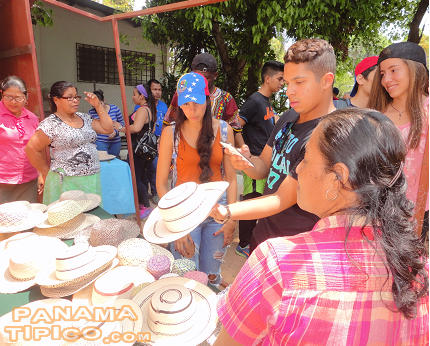 [Visitors take advantage of the opportunity to buy hats and other handicrafts.]