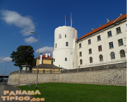 [After the speech, we visited the Old Riga quarter, beginning by the Riga Castle, the residence of the President of Latvia.]