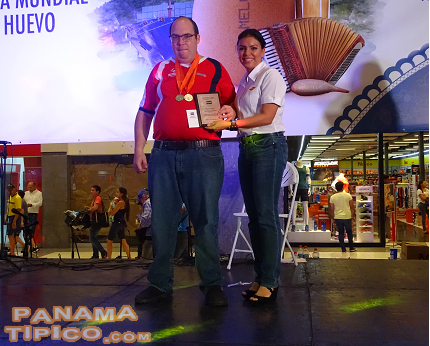 [Mr. Carl Simons, a paralympic, athlete was awarded by Melo for his distinguished representation of Panama in several events.]