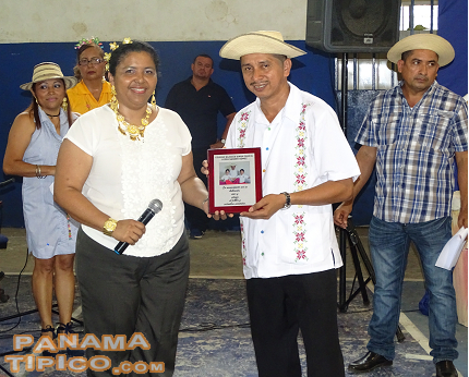 [The school honored Mr. Nander Gomez, a folklore practitioner. He was given an award by Mrs. Neris Barria, principal of the school.]