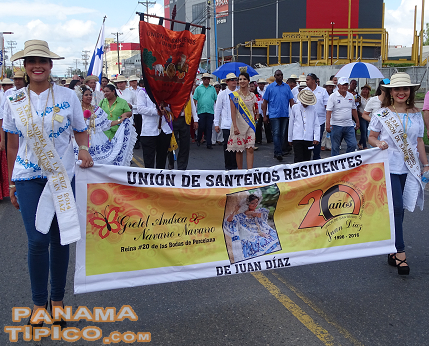 [The parade was opened by the Union of Santenos living in Juan Diaz, the entity that organizes the event every year.]