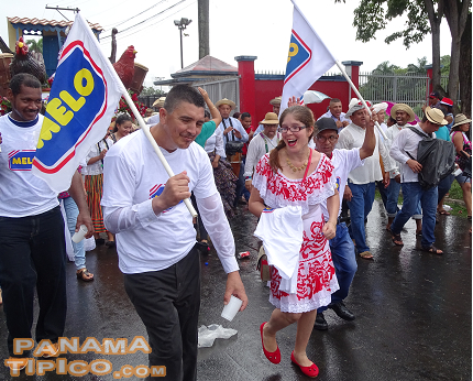 [The rain was not an obstacle for these Panamanian workers of Melo, who marched and danced with joy and patriotism.]
