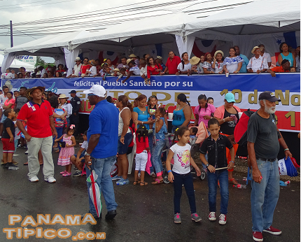 [The parade ended in the main square of Juan Diaz, where local authorities welcomed participants.]