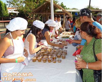 [The main attraction of this event is the sale of delicious Panamanian desserts]
