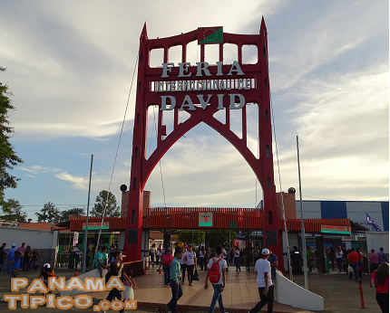 [Next, we arrived at the fair main entrance. Its symbolic arch is made with part of the structure of the old bridge over the Chiriqui River.]