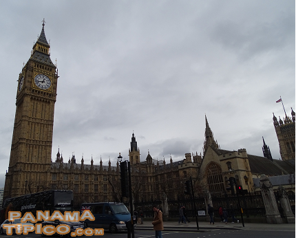 [Another representative building of the British capital is the Westminster Palace, seat of the Parliament. Its most famous structure is the Big Ben.]