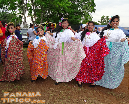 [As we were leaving the festival grounds, we met this group of empolleradas, who brought their love of our traditions to this heritage event.]