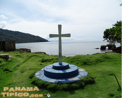 [After the chapel, the walkway brings us to the seafront, where locals have erected this cross.]
