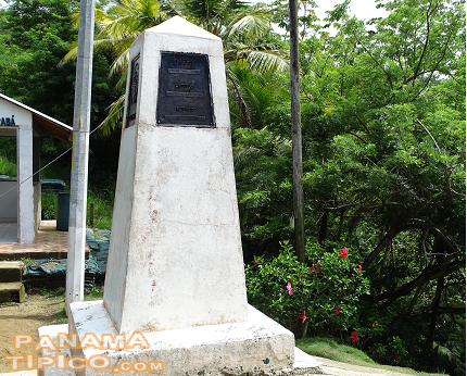 [At the top of the hill, at 77 meters over sea level, we find this obelisk that marks the border between Panama and Colombia.]