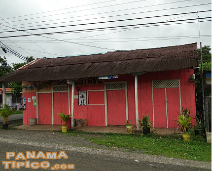 [In the vicinity, there are still some houses, like this one, that conserve the traditional architectural style.]