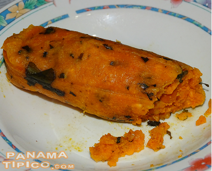 [Due to the seasoning ingredients, our pregnant bollo acquires a coloration more similar to a tamal than to those of other bollo varieties.]