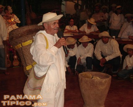 [A Panamanian campesino from La Colorada de Santiago performs a saloma while carrying a motete on his back.]